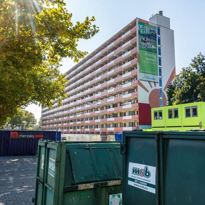 Stadlander renoveert het flatgebouw aan de Wierlaan in Bergen op Zoom.