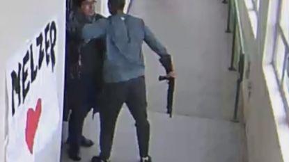 Het moment waarop heldhaftige leraar op bijzondere wijze student ontwapent