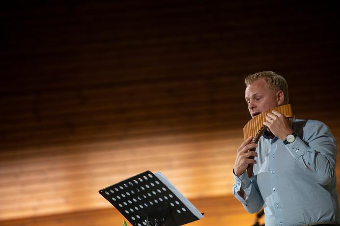 Leon Koppelman is muzikant op de panfluit en harp