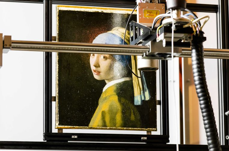 Het schilderij Meisje met de parel van Johannes Vermeer wordt onderzocht met een Marco XRF scanner in de Gouden Zaal van het Mauritshuis.  Beeld ANP