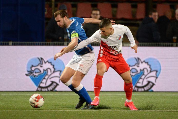 Gabriel Culhaci zet FC Den Bosch-aanvoerder Danny Verbeek (nu De Graafschap) onder druk.