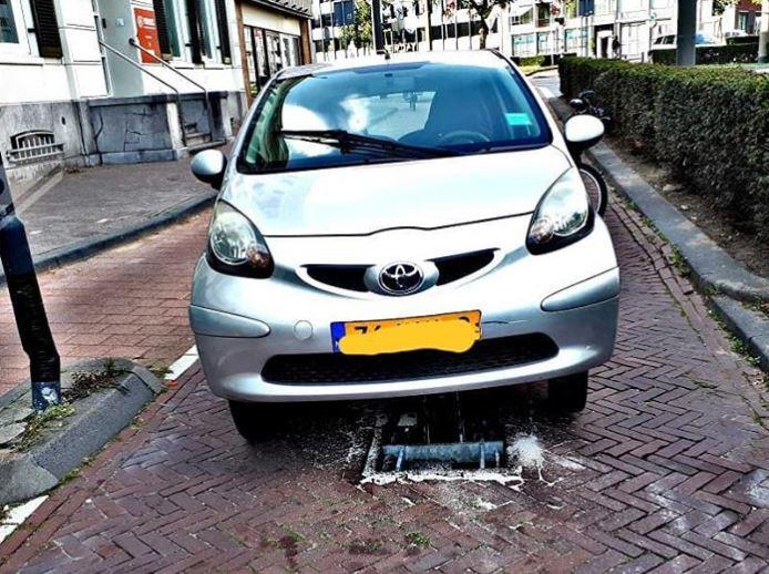 De gestrande auto in Klarendal.