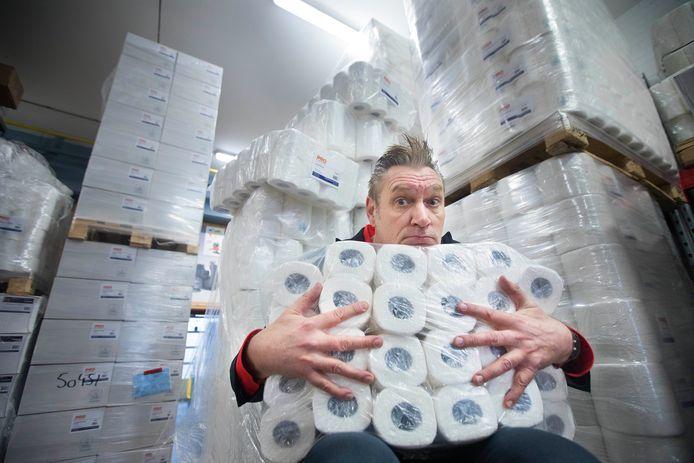 Sjaak Bral heeft meer dan genoeg WC papier bij Pro schoonmaakhandel in de Elandstraat. Foto ter illustratie.