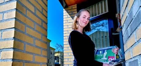 Krantenbezorger Wendy wordt nu extra gewaardeerd: 'Er hing een doosje Merci voor mij aan de deur'