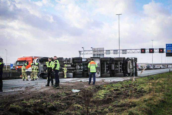 Hulpdiensten bij de gekantelde vrachtwagen op de snelweg A12 tussen Ede en Veenendaal.
