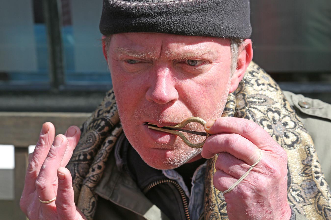 René Paes uit Harderwijk speelt mondharp en strijdt voor meer bekendheid van dit instrument uit oude tijden.