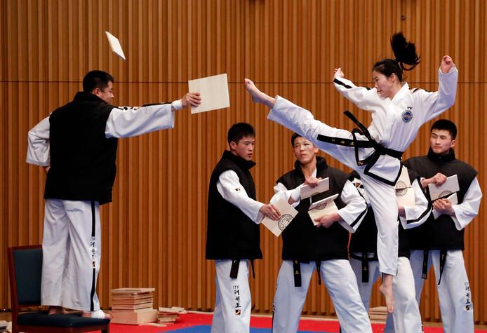 Noord-Koreaanse sporters geven een show-demonstratie taekwondo in het Zuid-Koreaanse Seoul. Foto Woohae Cho