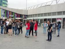 Vluchtelingen doen 'bakkie' met reizigers Arnhem Centraal