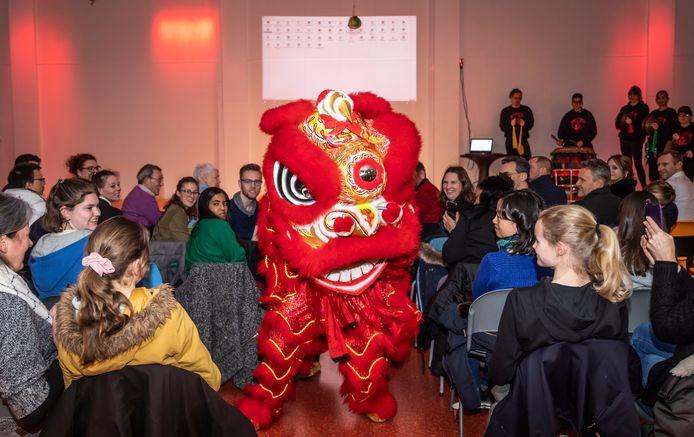De rode leeuw is symbool voor geluk in China. Kung Fu en Tai Chi vereniging  Pack mee Pai uit Nijmegen luidde er  met een dans- en muzikale show het Chinese nieuwjaar mee  in op het Stedelijk College Henegouwenlaan in Eindhoven.