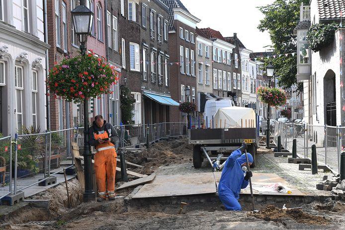 Werk aan de Maasstraat in Grave.