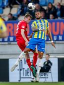 Peet Bijen duelleert met Mario Bilate van RKC Waalwijk.