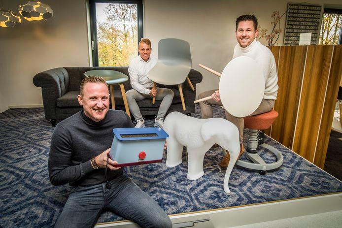 Organisatoren van de veiling voor huiskamer Ronald McDonald in MST: vlnr Thijs Verdriet , Joost Lansink en Martijn Engbers met enkele veilingstukken