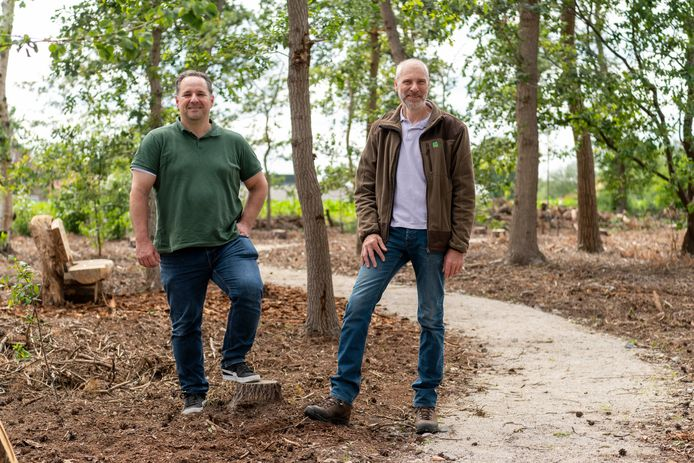 Lennart de Graaf en  Paul Meulemans in het herdenkingsbos