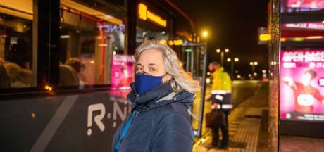SP stapt naar provinciebestuur om overvolle bus vanuit Alphen: 'In pandemie niet uit te leggen'