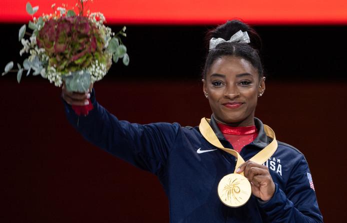 Simone Biles tijdens de medailleceremonie in Stuttgart.