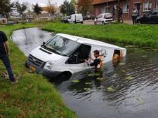 'Waterbus' belandt in de sloot in Alblasserdam
