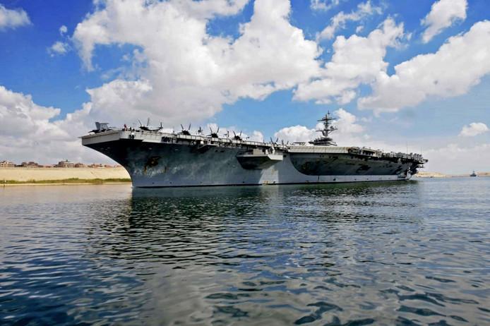 Het vliegdekschip USS Abraham Lincoln tijdens de doortocht van het Suezkanaal donderdag.