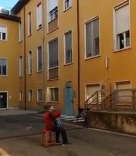 Italië diep geraakt door serenade van 81-jarige Italiaan onder ziekenhuisraam van zijn stervende vrouw