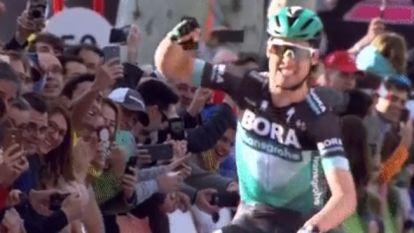 Schachmann zet sprinters een hak en soleert naar zege in Ronde van Catalonië