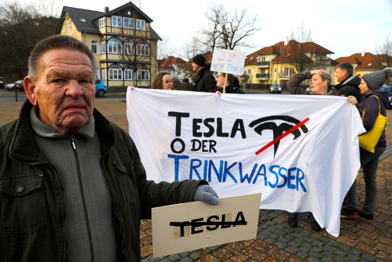 Demonstranten houden anti-Teslabordjes en -spandoeken vast. 'Tesla of drinkwater' staat er op het spandoek.