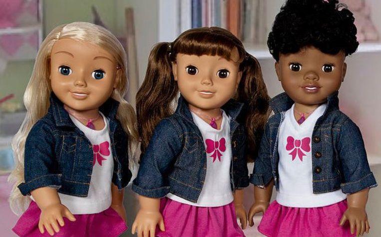 Spraakpop Cayla (links) en haar vriendinnen. Beeld Genesis Toys