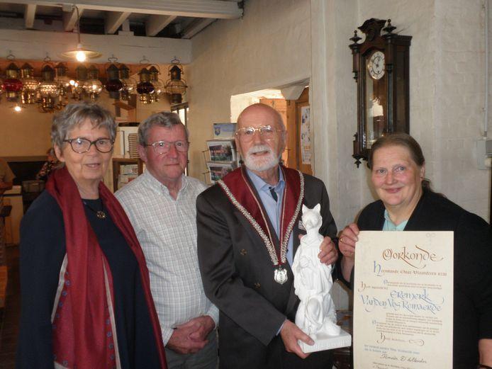 Walburg Trier, bestuurslid William Lahaye, winnaar Romain D'hollander en Marie-Louise Ferket, huidig voorzitter van De Kluize met de oorkonde van de Reinaertprijs.
