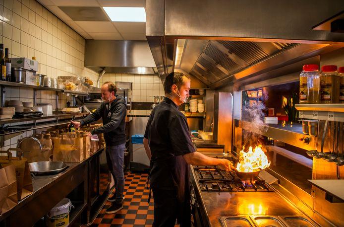 Eten bestellen kan nu ook bij restaurants In den Boekenkast en De Bank in Capelle aan den IJssel. Tijdens de eerste coronagolf deden zij nog niet aan bezorgen en afhalen.
