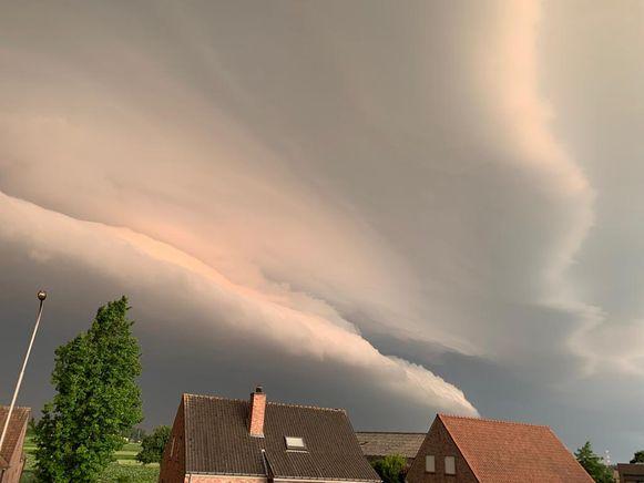 Een shelf cloud hing boven Deerlijk woensdagmorgen.
