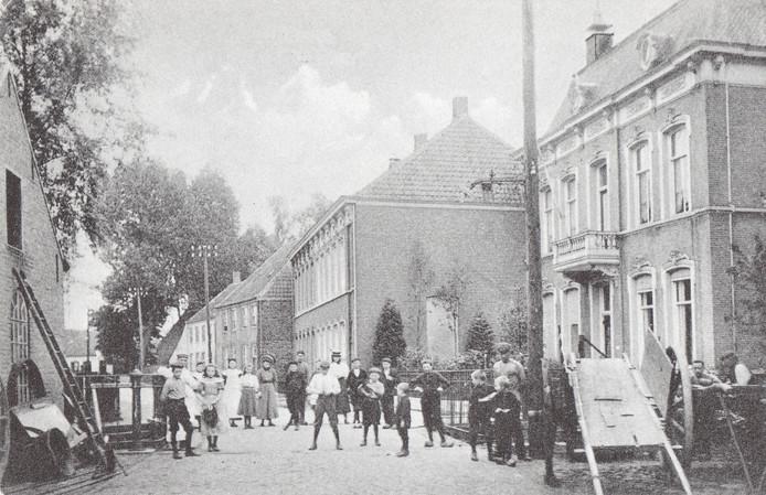 Historisch beeld van het einde van de Rechterstraat met de Meulenkensebrug, waarvan het hekwerk zichtbaar is.