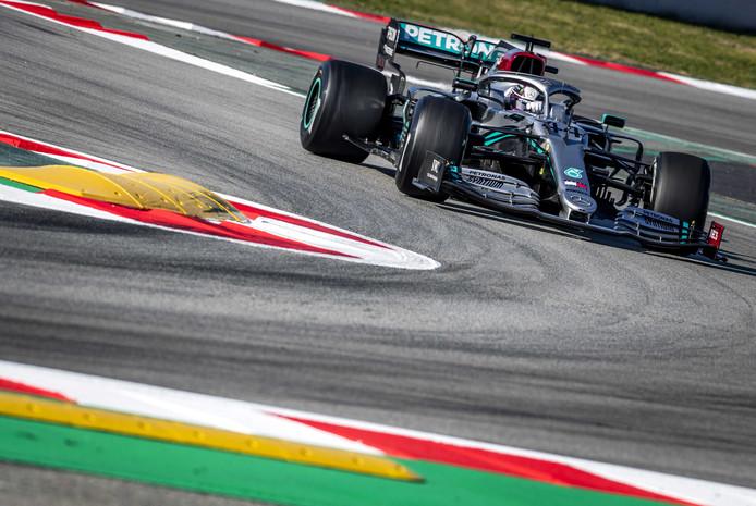 Lewis Hamilton op het circuit in Barcelona.