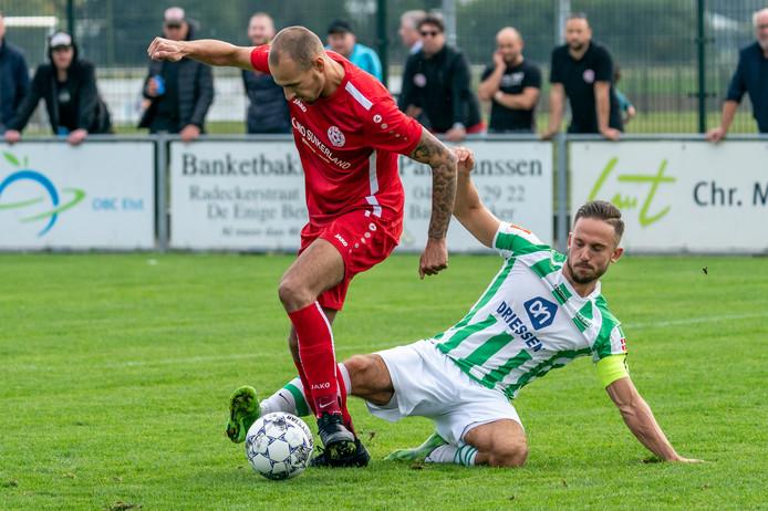 Tackle van Spero-speler Maarten van Nieuwestein.