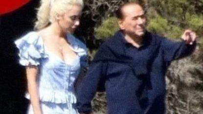 """Berlusconi voor het eerst op de foto met zijn 53 (!) jaar jongere geliefde: """"Zo staat hij quitte met zijn ex"""""""