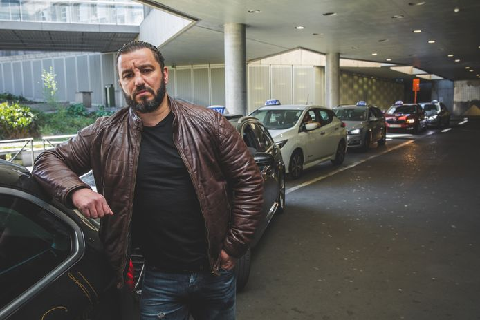 Tijdens het protest bleven de taxichauffeurs in hun wagens, behalve de woordvoerder van de groep: Fouad Oulad Khlie.