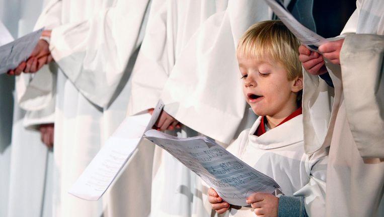 Kinderen verkleed als engelen zingen in het kerstkoor. Beeld anp