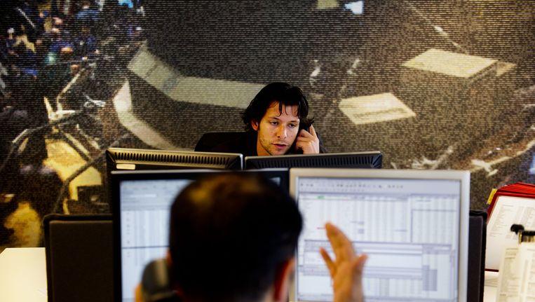 Drukte op de beursvloer vrijdag bij beleggersbank Binck in Amsterdam. Beeld ANP