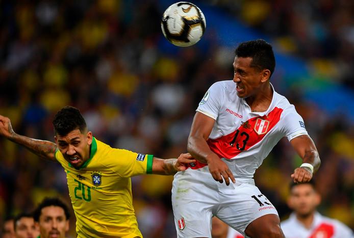 Renato Tapia namens Peru in actie tegen Brazilië.