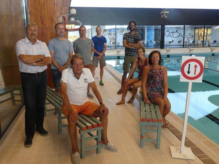 Sportfunctionaris Luc Van Praet, sportschepen Norbert De Mey en de redders van Palaestra zijn klaar om de zwemmers te ontvangen.