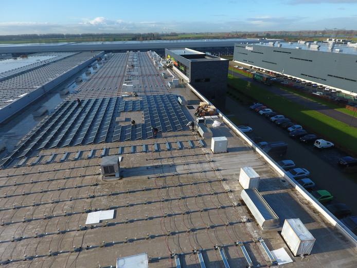 Het dak van Naber Plastics op bedrijventerrein Haven Zeven wordt deze dagen vol gelegd met glas-glas zonnepanelen.