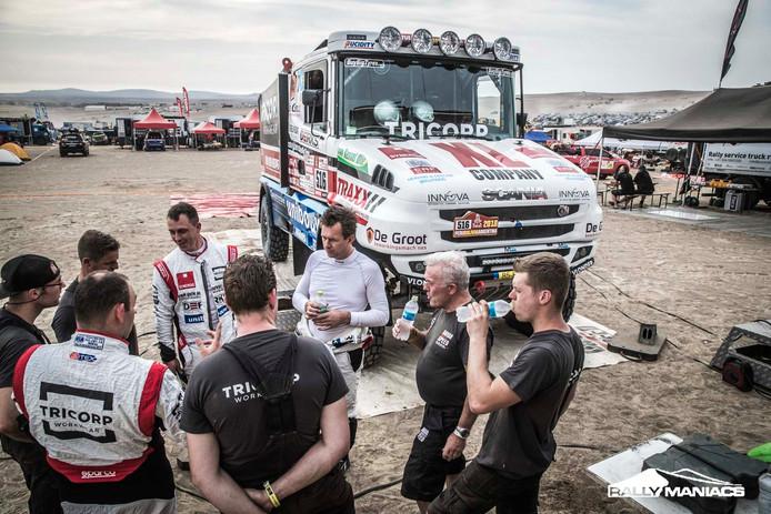 Truckrijder Maurik van den Heuvel in gesprek met zijn team tijdens de Dakar Rally 2018.