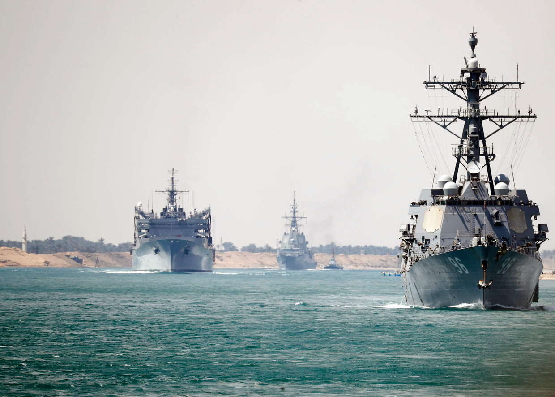 De USS Abraham Lincoln Carrier Strike Group vaart over het Suez-kanaal.