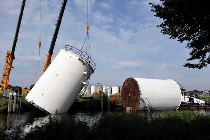 De tanks gaan per boot naar Vlaardingen.