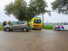 Scooter vliegt na aanrijding bij Zutphen de sloot in, bestuurder met spoed naar het ziekenhuis gebracht