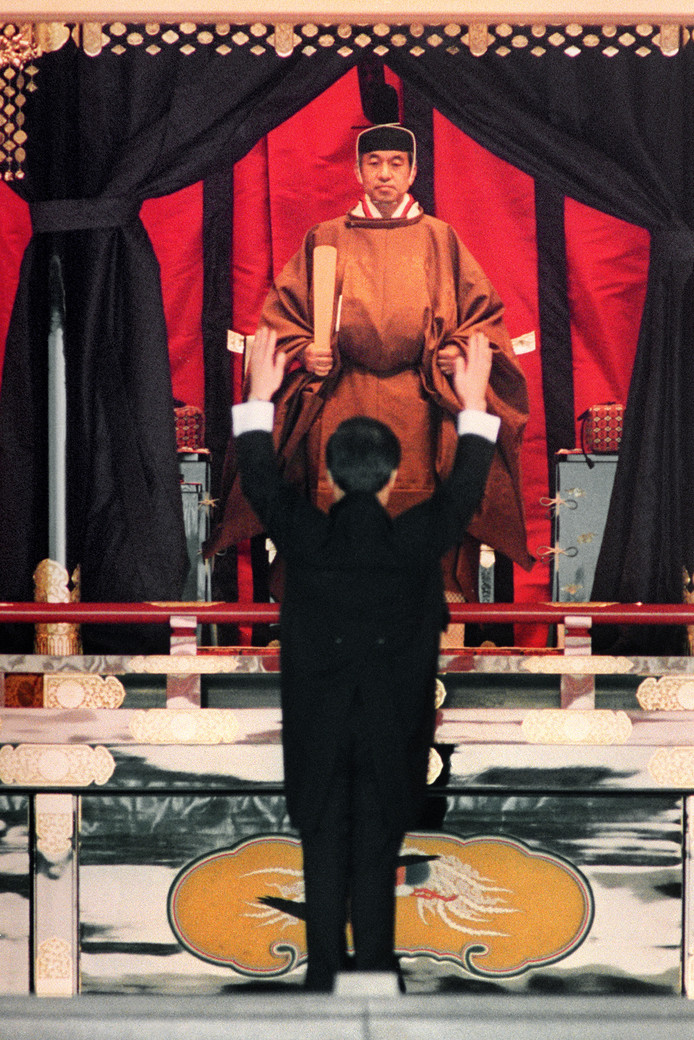 De toenmalige Japanse premier Kaifu roept drie maal banzai naar keizer Akihito tijdens diens inhuldiging in 1990.
