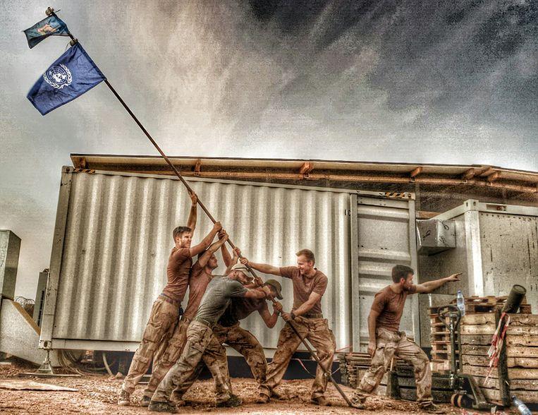 Nederlandse manschappen van MINUSMA. De foto is een reproductie van de iconische Iwo Jima-foto, met de zes Amerikaanse militairen die de vlag planten in de grond van Mount Suribachi, op 23 februari 1945, tijdens de slag om Iwo Jima. Beeld null