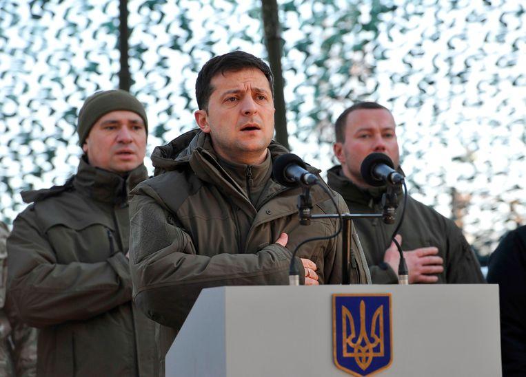 President Zelenski bracht afgelopen week een bezoek aan militairen van het Oekraïense leger die aan de grens met Rusland zijn gestationeerd. Beeld AFP