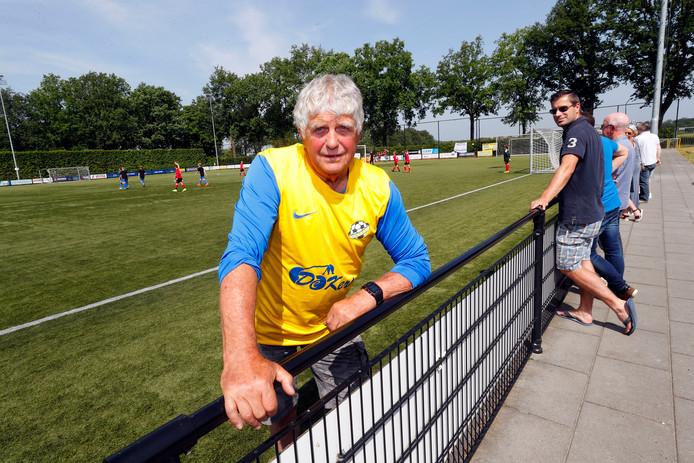 """Jan van der Mierden op het sportpark van RKVVO: ,,Iedereen kent me hier en maakt een praatje."""""""