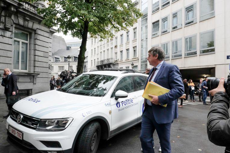 Vlaams minister-president Jan Jambon (N-VA) na de evacuatie van het parlement.