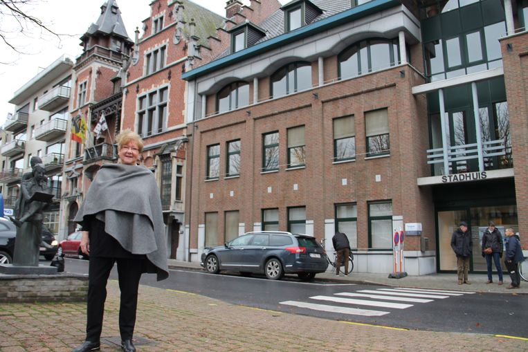Oud-burgemeester Gerda Mylle aan het stadhuis.