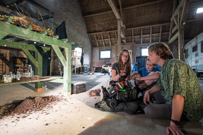 Pien Vroonland op de filmset in Oudelande met medeklasgenoten van St Joost, film stofjes (kunstacademie Breda)foto voor michiel /foto mechteld jansen