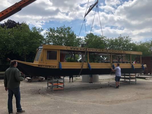 Waterproef heet de boot van Martijn Dickerscheid, hier bij de boot, die in de Veghelse haven en over de Zuid-Willemsvaart gaat varen.